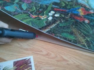 Ragasztópisztollyal ráragasszuk a nagy méretű puzzle-t az OSB laphoz