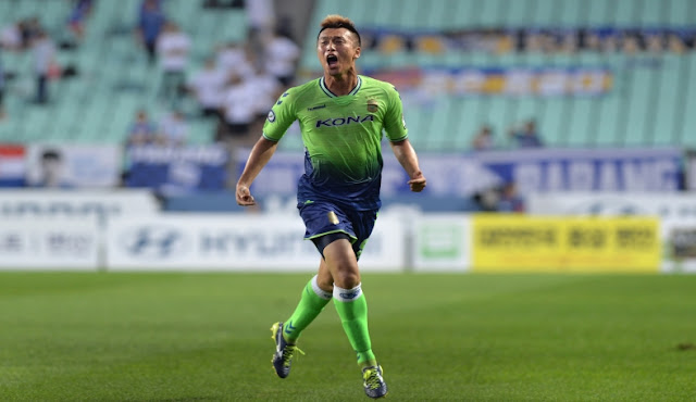 Kim Shin-wook rounds off the evening in style for Jeonbuk Hyundai Motors as they beat Ulsan Hyundai 4-0