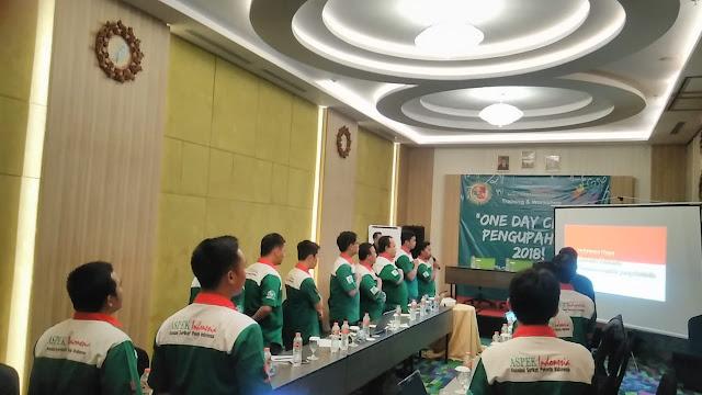 Peserta one day clinic pengupahan menyanyikan lagu kebangsaan RI