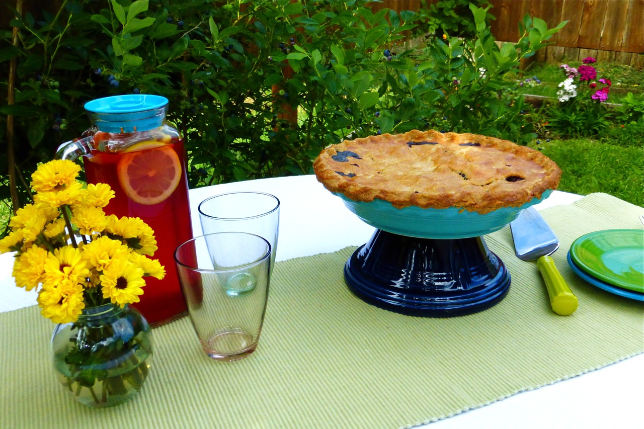Blueberry Pie, Fiestaware, Fiesta hack, Fiestaware turquoise pie baker, Fiestaware cobalt Hostess Bowl, Fiestaware lemongrass pie server, Fiestaware shamrock salad plate, Fiestaware peacock salad plate, flowers, fresh flowers, flowers on your table, table decorations, backyard, backyard eating, garden, blueberry bushes, Frigoverre, Bormioli Rocco