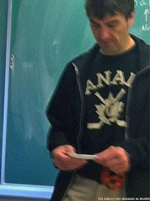 Kanadischer Mann mit Eishockey Shirt lustig