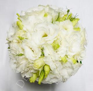 Fehér liziantusz menyasszonyi csokor