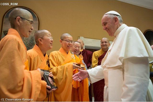 Resultado de imagem para papa com monges japoneses