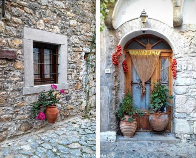 okratowane okno, dzban z kwitnącym kwiatem pod oknem, dzbany w progu drzwi Mesta Chios Grecja