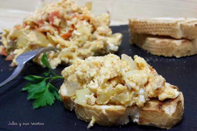 Huevos perico, revuelto de huevos , cebolla y tomate