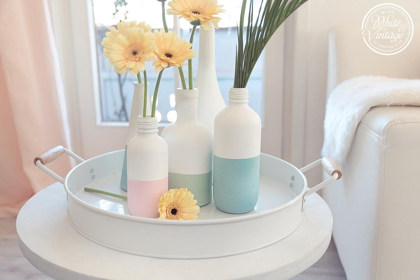 Vasen aus Flaschen mit Kreidefarbe verschönern