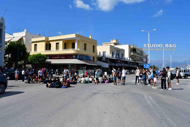 Καθιστική διαμαρτυρία μαθητών του Ναυπλίου έξω από τα γραφεία του ΚΤΕΛ Αργολίδας