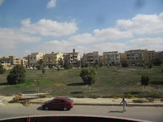 شقة للايجار بجنوب الاكاديمية التجمع الخامس 370م على حديقة دور ثانى هى لوكس بالقاهرة الجديدة