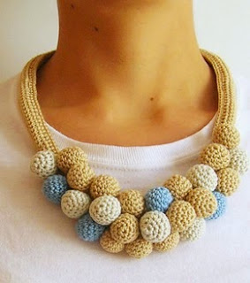 http://chabepatterns.com/free-patterns-patrones-gratis/jewelry-joyeria/crochet-beads-necklace-3-collar-de-cuentas-tejidas-3/