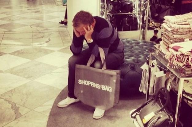 Eşiyle alışverişe çıkan erkek sıkılınca ne yapar?
