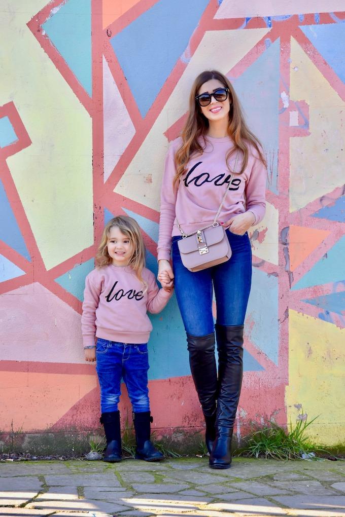 Look coordinato con felpa rosa Love