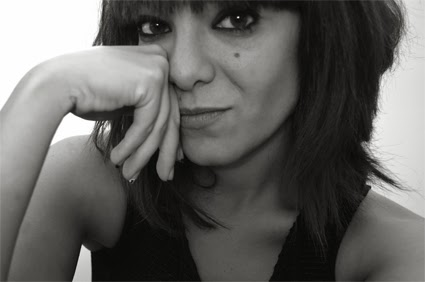 Primer plano de Bea Rodríguez en blanco y negro