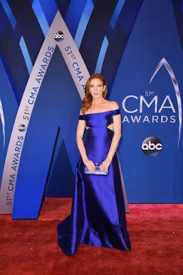 Robe de gala bleu longue épaule dénudée Brittany Snow
