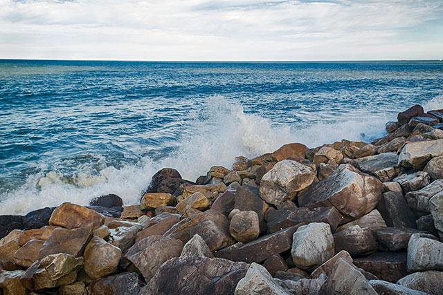 El mar rompiendo en las rocas de la playa.