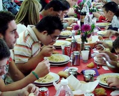 Foto por el Día Mundial de la Alimentación  (Personas comiendo)