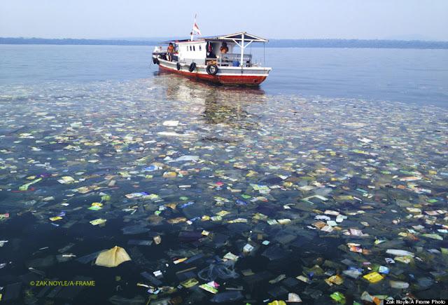 Banyak Sampah Ditemui Diperairan Indonesia, Plastik, Botol Mineral Sampai Bikini Berserakan di Lautan