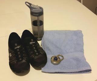 Espadrilles, bouteilles d'eau, serviette, cadenas
