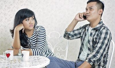 4 Penyebab Lunturnya Rasa Percaya dalam hubungan