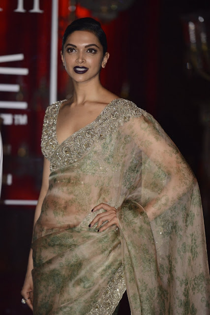 Deepika Padukone Looks Super Sexy In Saree At The Lakme Fashion Week 2016