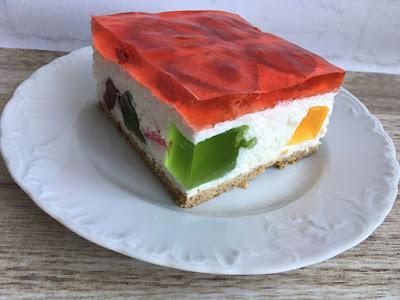 Ciasto z jogurtu z galaretką i truskawkami
