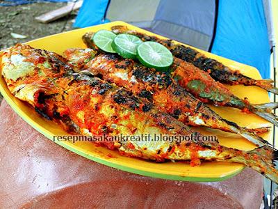 Ikan kembung bakar yakni salah satu sajian khas yang sering dijumpai di resto atau rumah m RESEP IKAN BAKAR PADANG BUMBU KUNING