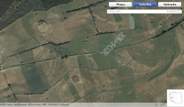 Lokalizacja dwóch wczesnośredniowiecznych grodzisk koło wsi Prochy na zdjęciu satelitarnym zumi