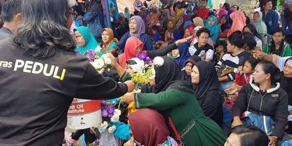 Relawan Beri 164 Tangkai Bunga Pada Keluarga Korban KM Sinar Bangun