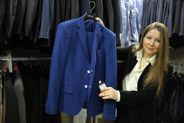 Ольга Хомякова в своём салоне с мужским костюмом