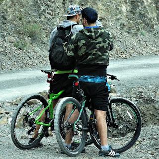 Ciclistas em Villavicencio 4 - Retirando Material da Mochila