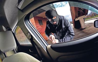 Νεαροί διέρρηξαν όχημα 50χρονου και αφαίρεσαν 2.000 ευρώ