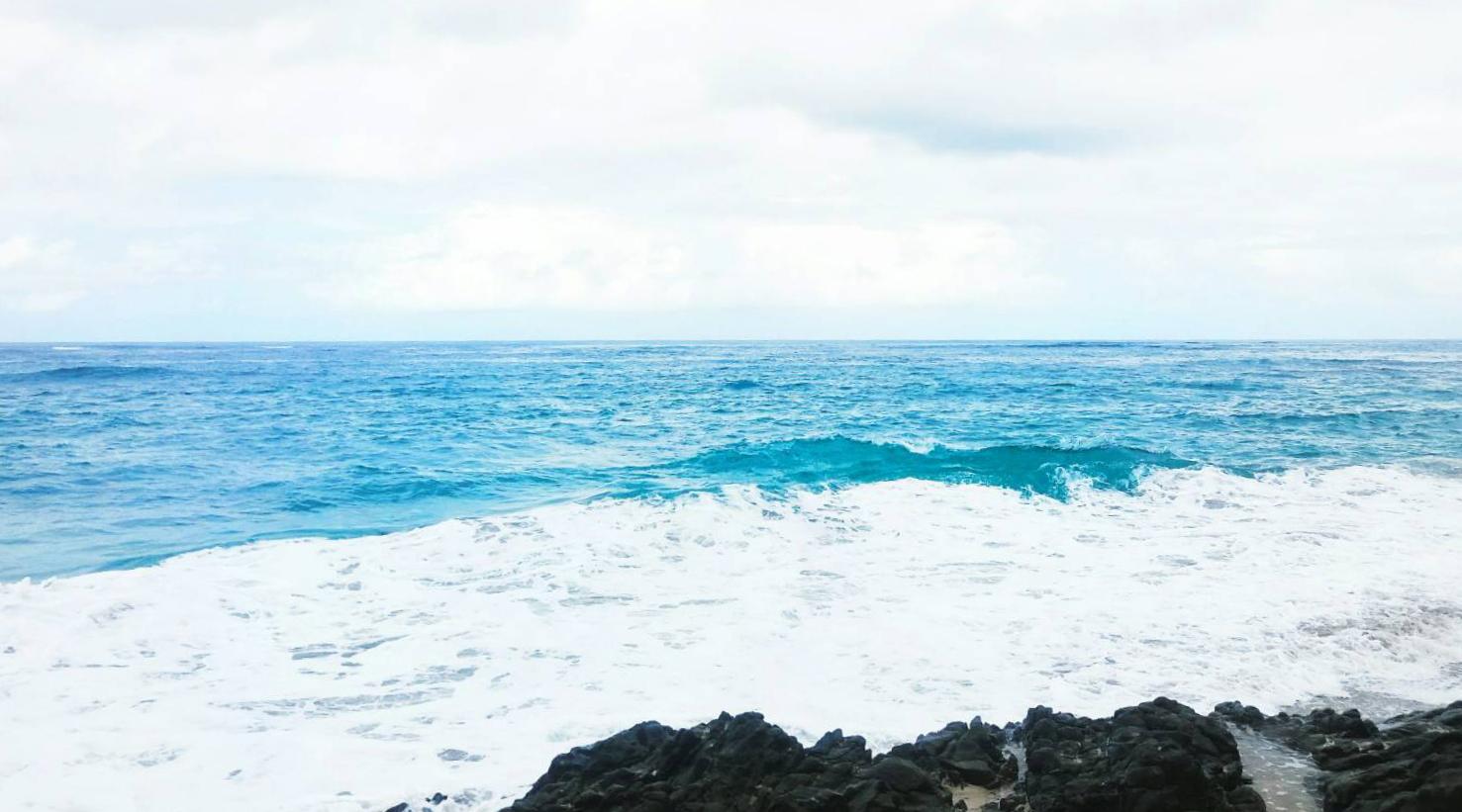 Ombak di pantai cocok untuk surfing