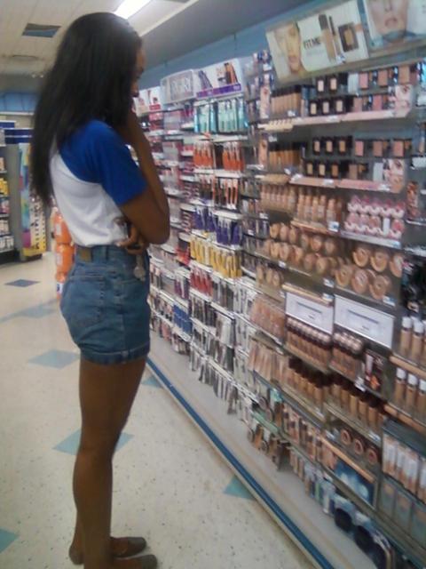 mujer decidiendo sobre base de maquillaje