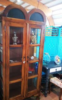 Bonita vitrina en madera feria de antiguedades de Noja
