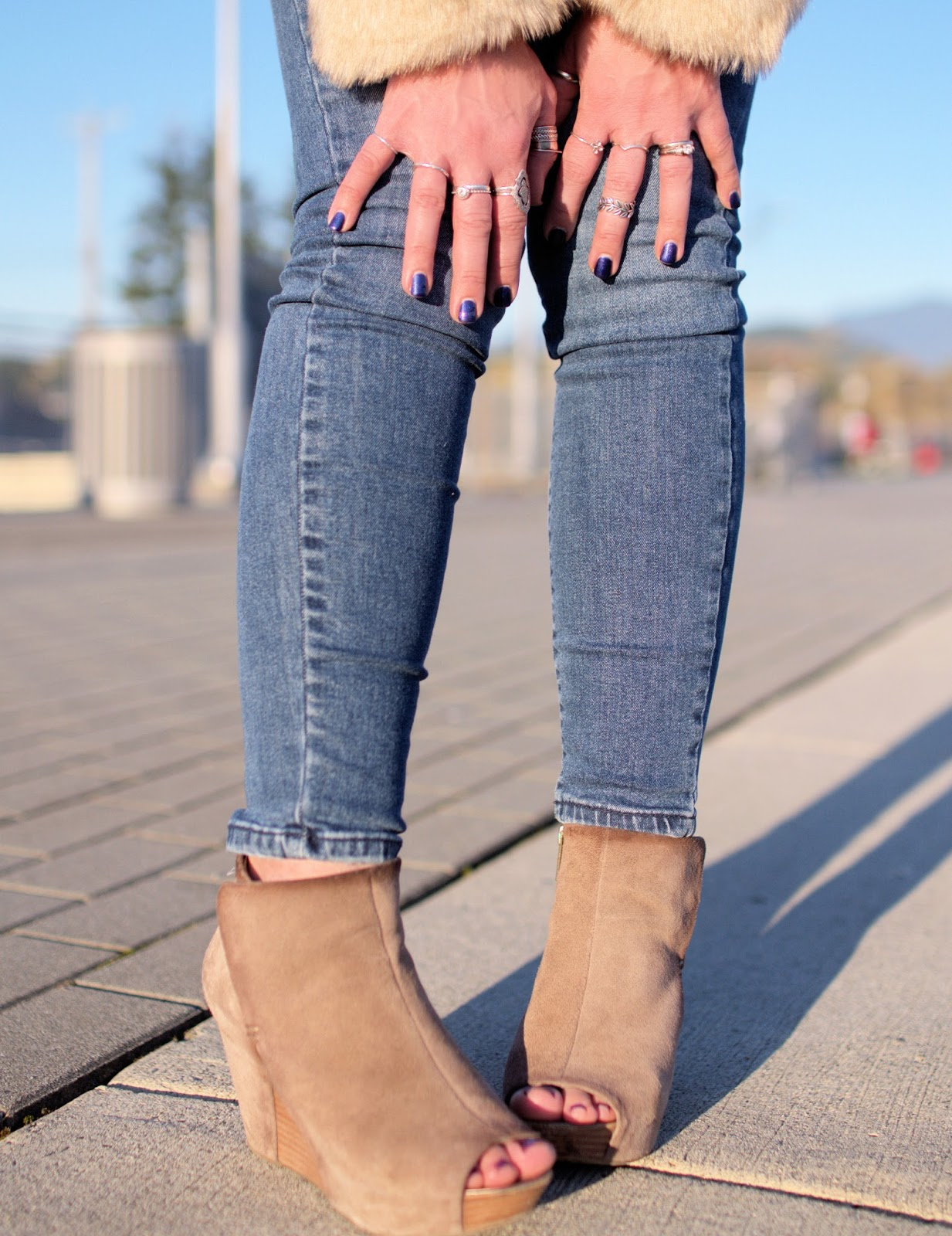 Monika Faulkner outfit inspiration - skinny jeans, open-toe wedge booties, stacked rings