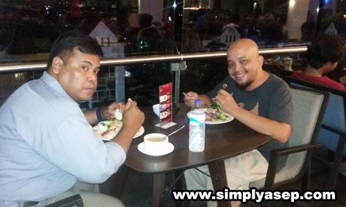 BLOGGER BORNEO : Bang Dwi Wahyudi CEO Blogger Borneo bersama rekannya saat Dinner di sea sela keseruan ASUS Blogger Gathering sekaligus peluncuran dan pengenalan produk unggulan ASUS yakni ASUS ZenFone Max Pro 1 yang digelar di Golden Tulip Pontianak tadi malam (1/11/2018). Foto Asep Haryono