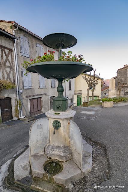 Fuente en las calles de Saint Bertrand de Comminges por El Guisante Verde Project