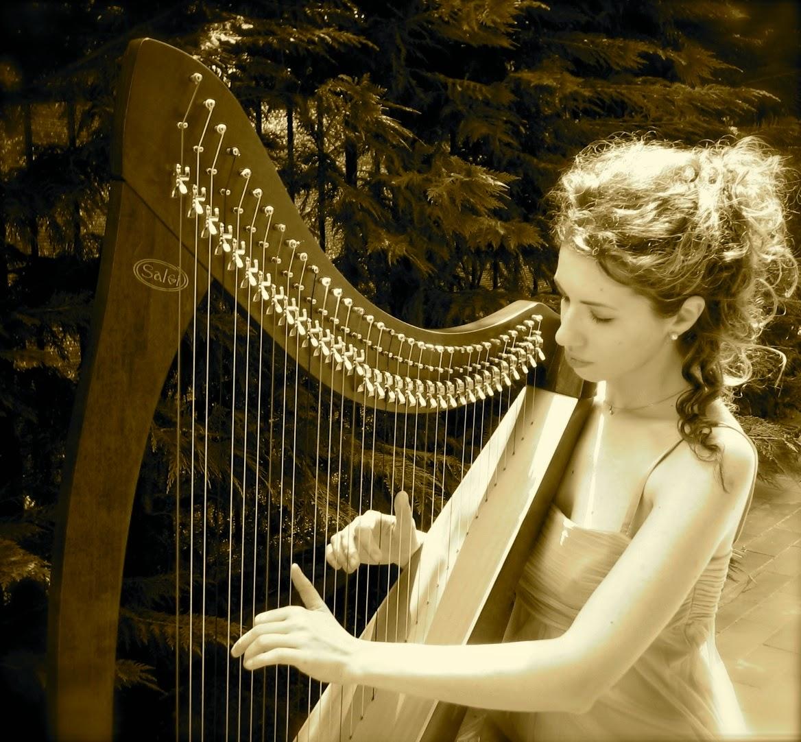 suonatrice di arpa celtica