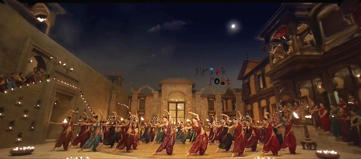 Deepika Priyanka dance as Mastani Kashibai in Pinga song in moon light