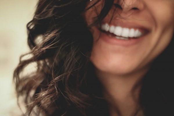 5 Manfaat Mengejutkan dari Tersenyum, Bikin Awet Muda!