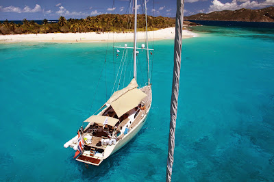 Monocoque face à une ile en mer des Antilles