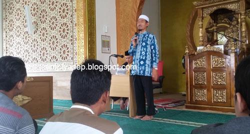 MATERI  : Sang ustad, H Didik M Nur Haris saat memberikan materinya di acara Majelis Quran hari itu (11/9/2019) di dalam Masjid Bir Ali Kabupaten Kubu Raya. Foto Asep Haryono