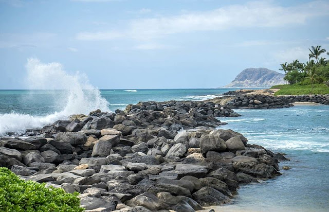Rock breaking the waves at Hawaii Beach