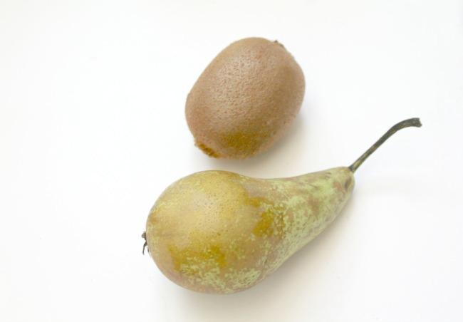 Kiwi and pear vegan smoothie recipe - Nourish ME www.nourishmeblog.co.uk