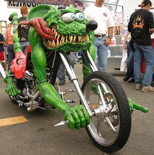 Moto creativa con monstruo de color verde