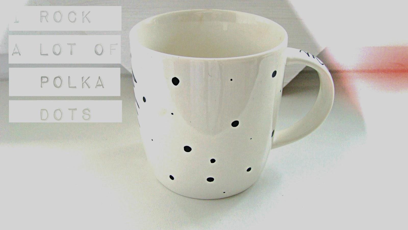 dekoruotas taškuotas puodelis