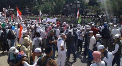 Massa FPI long march ke Polda Metro Jaya