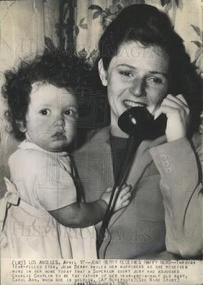 Джоан Барри с дочерью Кэрол Энн после признания Чаплина отцом ребенка, апрель 1945 г.
