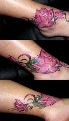 Vemos el tatuaje de flor de loto en el tobillo y pie de una chica