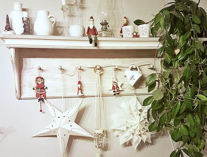 Weisses Adventsregal mit Nikoläusen und weißen Sternen