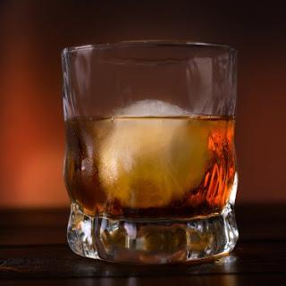 лед для виски в стакане
